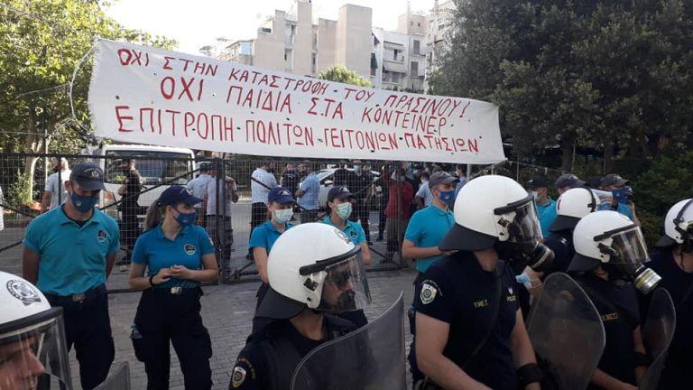 Επίθεση ΜΑΤ σε κατοίκους που διαμαρτύρονταν για τοποθέτηση κοντέινερ για μαθητές νηπιαγωγείου   tanea.gr