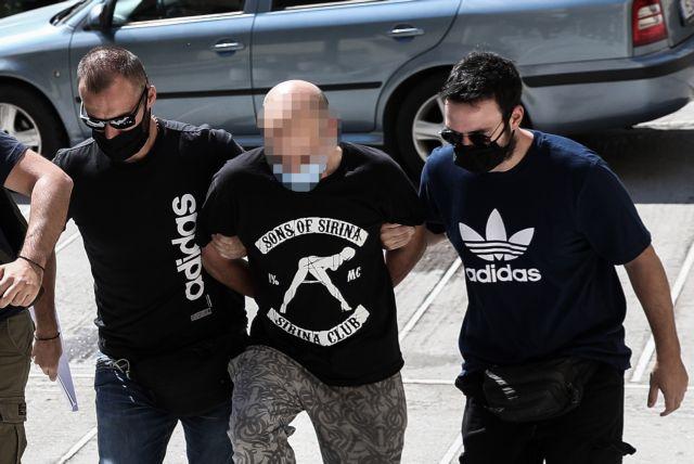 Προκαλεί ο αστυνομικός-μαστροπός: Τα ρίχνει όλα στην κοπέλα   tanea.gr