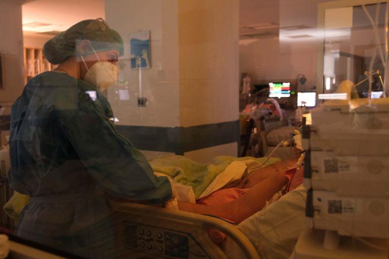Κοροναϊός: 70χρονος πλήρως εμβολιασμένος με βαριά πνευμονία σε ΜΕΘ | tanea.gr