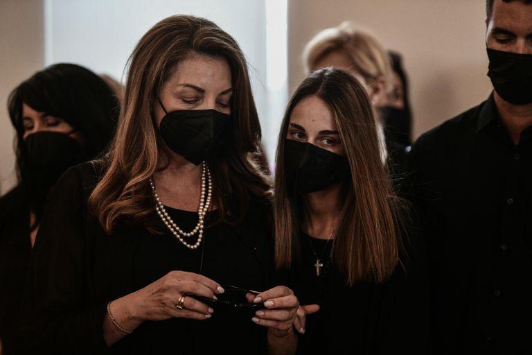 Κηδεία Τόλη Βοσκόπουλου: Συντετριμμένες η Άντζελα Γκερέκου και η κόρη του Μαρία | tanea.gr