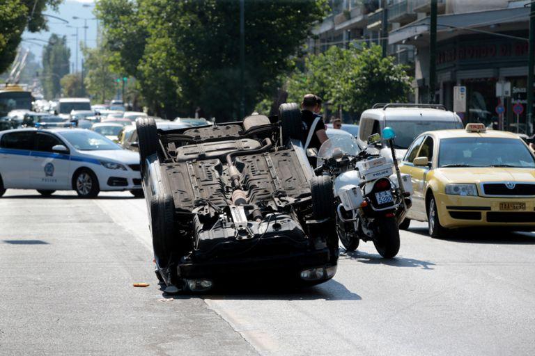 Λεωφόρος Αλεξάνδρας: Αναποδογύρισε αυτοκίνητο στη μέση του δρόμου   tanea.gr