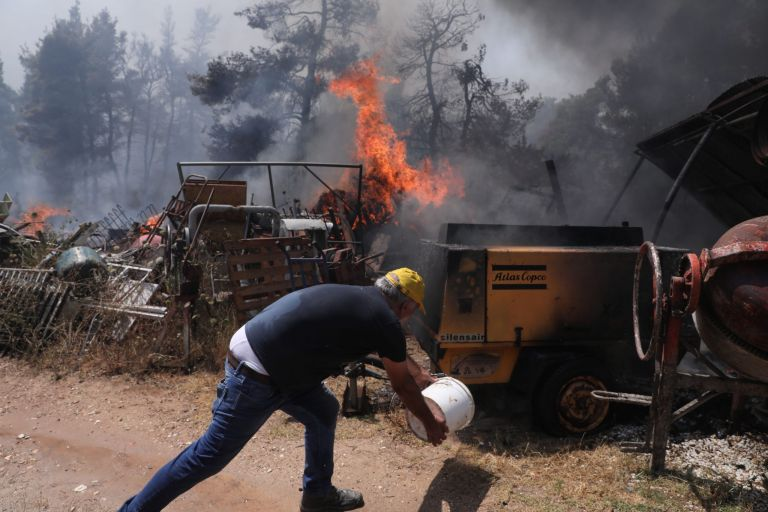 """Fire in Stamata, Rodopoli, and Dionysos: """"We heard four  gas canisters explode""""   tanea.gr"""