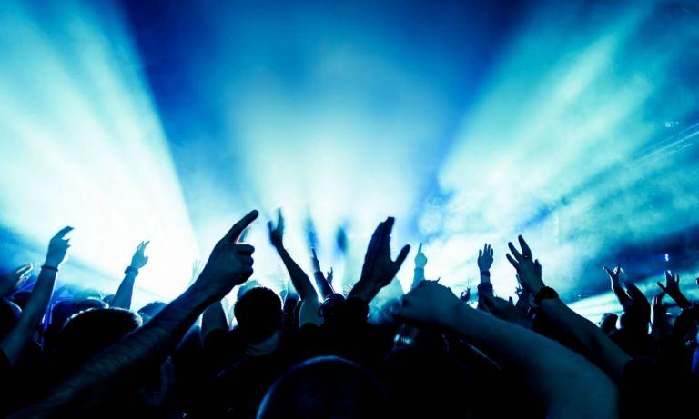 Αφελείς και επικίνδυνες αναρτήσεις από τα πάρτι της παραλιακής | tanea.gr