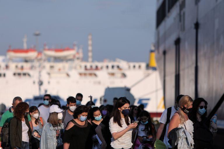Πειραιάς: Μεγάλες ουρές στο λιμάνι – Οι προϋποθέσεις για να ταξιδέψουμε ακτοπλοϊκώς   tanea.gr