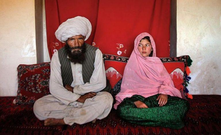 Αφγανιστάν – Γροθιά στο στομάχι η φωτογραφία 11χρονης με τον 40άρη μέλλοντα σύζυγό της | tanea.gr