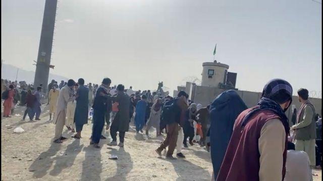 Αφγανιστάν – Σκηνές χάους με δώδεκα νεκρούς - Οι Ταλιμπάν εμποδίζουν Αφγανούς να φτάσουν στο αεροδρόμιο | tanea.gr
