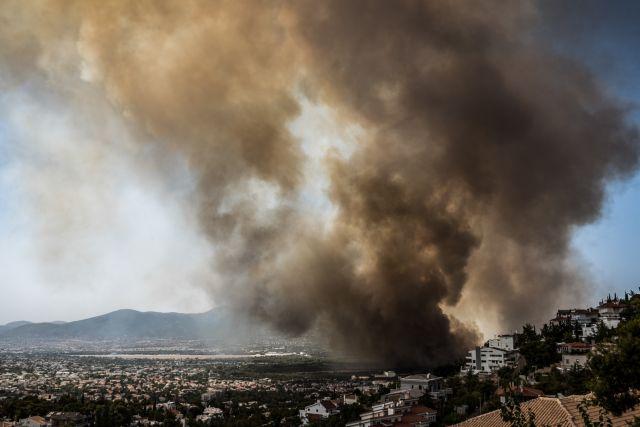 Βαρυμπόμπη – Μεγάλη φωτιά και προειδοποίηση για τους κατοίκους ενώ ακούγονται εκρήξεις | tanea.gr