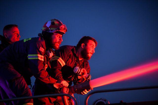 Φωτιά στα Βίλια – 299 πυροσβέστες με 61 Ρουμάνους και δεκάδες οχήματα επιχειρούν για την κατάσβεση | tanea.gr