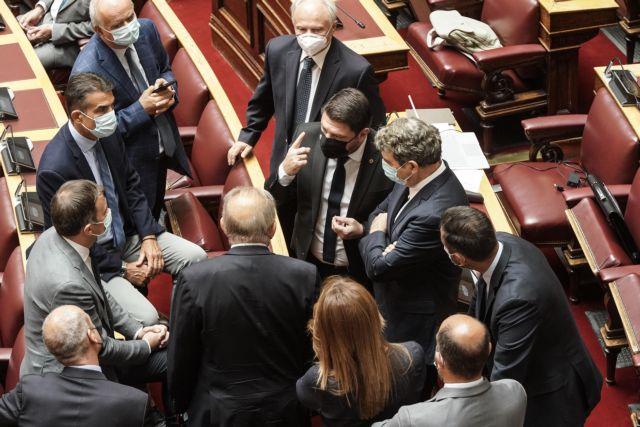 Η επανεμφάνιση Χαρδαλιά στη Βουλή μετά την περιπέτεια με τη υγεία του   tanea.gr
