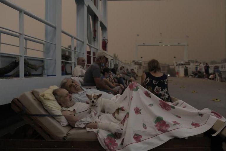 Φωτιά στην Εύβοια – Ρίγη συγκίνησης για τους ηλικιωμένους πυρόπληκτους που έχουν ξαπλώσει στο ferry boat | tanea.gr