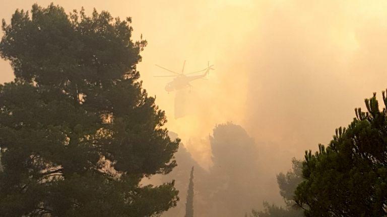 Εύβοια – Σε απόσταση αναπνοής η φωτιά από τη Μονή Οσίου Δαυίδ | tanea.gr