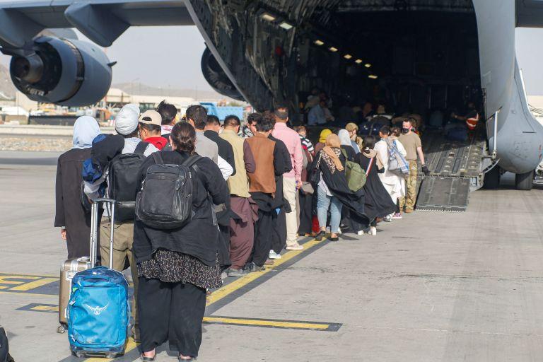 ΗΠΑ – 823 Αφγανούς μετέφερε το στρατιωτικό αεροσκάφος που έφυγε από την Καμπούλ | tanea.gr