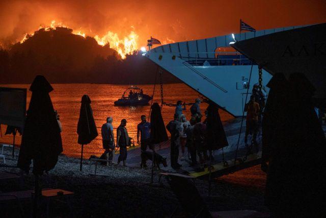Φωτιές – Πού και πόσοι πολίτες διασώθηκαν με πλωτά μέσα   tanea.gr