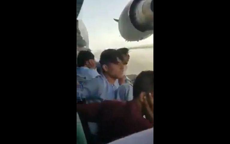 Βιντεοσκόπησαν τις τελευταίες στιγμές τους κρεμασμένοι από το αεροπλάνο | tanea.gr