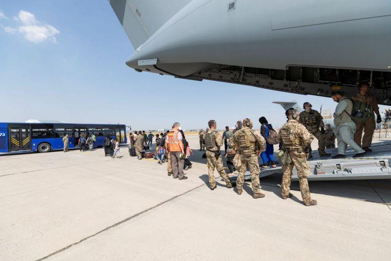 Πώς εξηγούνται τα πυρά, ενώ είχε απογειωθεί ιταλικό C-130 | tanea.gr