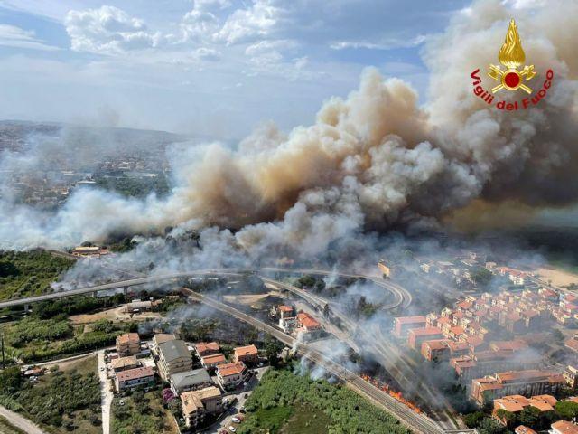 Εξήντα εστίες πυρκαγιάς στην Καλαβρία – Δύο νεκροί στην περιοχή Σαν Λορέντσο | tanea.gr
