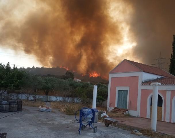 Ανεξέλεγκτη η φωτιά στη Ρόδο – Xωρίς ρεύμα όλο το νησί | tanea.gr