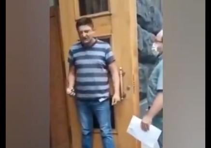 Ουκρανία – Άνδρας απειλεί να πυροδοτήσει χειροβομβίδα μέσα στο κτίριο του υπουργικού συμβουλίου | tanea.gr