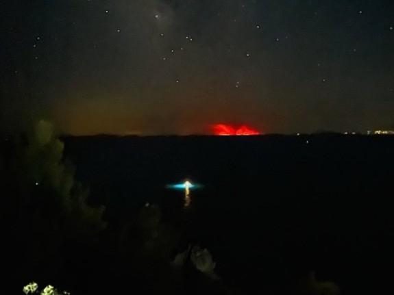 Εύβοια – Η πυρκαγιά φαίνεται ακόμα και από τη Χαλκιδική   tanea.gr