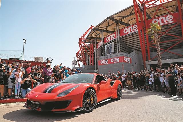 Φαντασμαγορικό θέαμα στον Πειραιά με πρωταγωνίστριες 30 Ferrari | tanea.gr