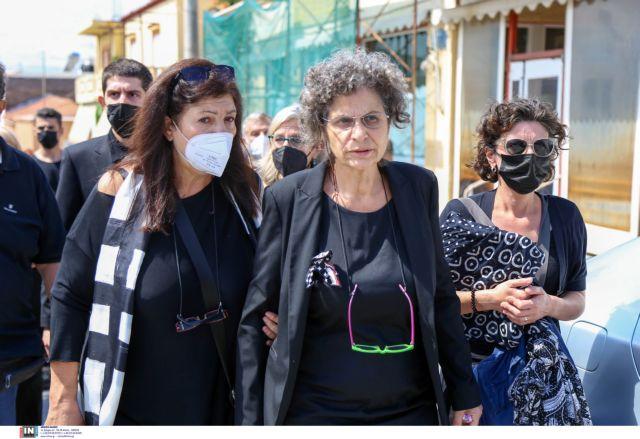 Μίκης Θεοδωράκης – Υποβασταζόμενη στην κηδεία του η κόρη του Μαργαρίτα | tanea.gr