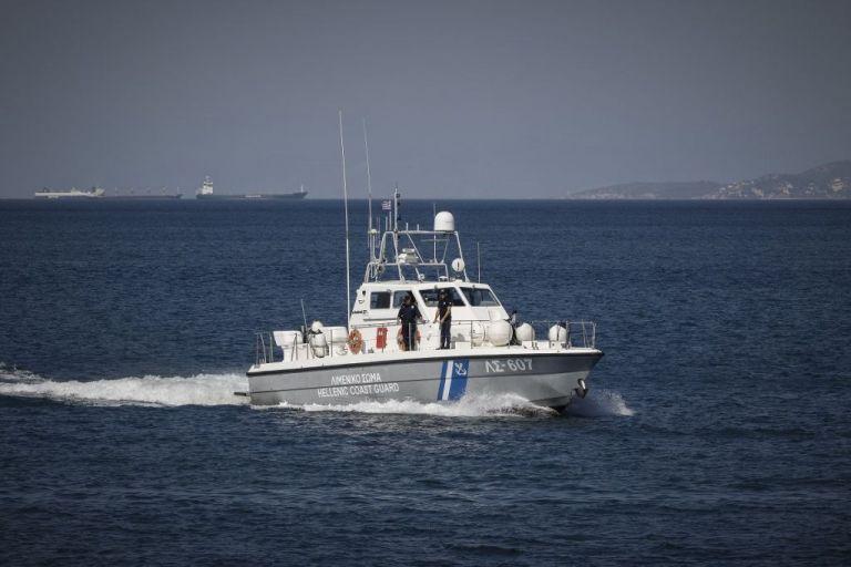 Κύθνος – Επιχείρηση διάσωσης έξι ναυαγών που εγκατέλειψαν καταμαράν μετά από εισροή υδάτων | tanea.gr