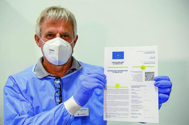 Η Γερμανία σταματά να πληρώνει τους ανεμβολίαστους γιατρούς που μπαίνουν σε καραντίνα | tanea.gr