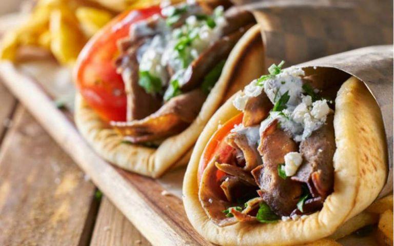 Οι αυξήσεις... χτύπησαν και το σουβλάκι – Πόσο πωλείται πλέον το αγαπημένο γρήγορο φαγητό των Ελλήνων | tanea.gr