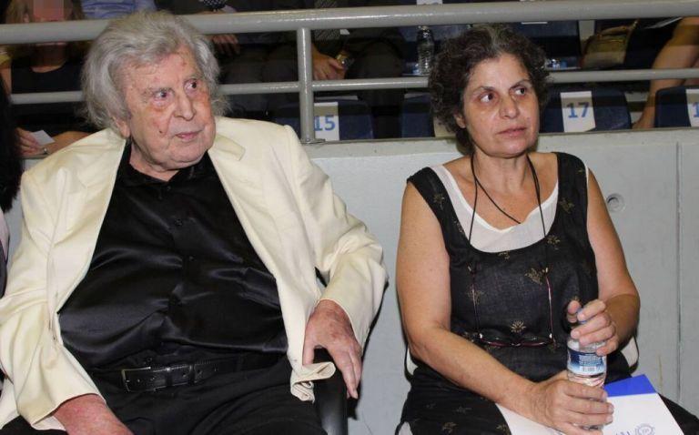 Μίκης Θεοδωράκης – Ενδοοικογενειακή κόντρα για το πού θα ταφεί – «Μου ρουφούν το αίμα αδυσώπητα τσιμπούρια», λέει η κόρη του   tanea.gr