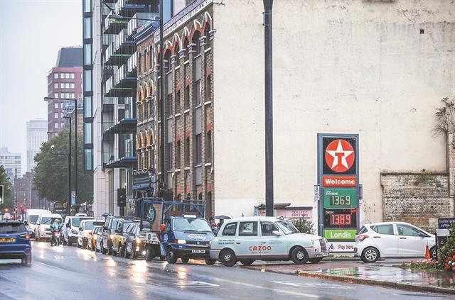 «Ξέμειναν» από βενζίνη τα πρατήρια στη Βρετανία | tanea.gr