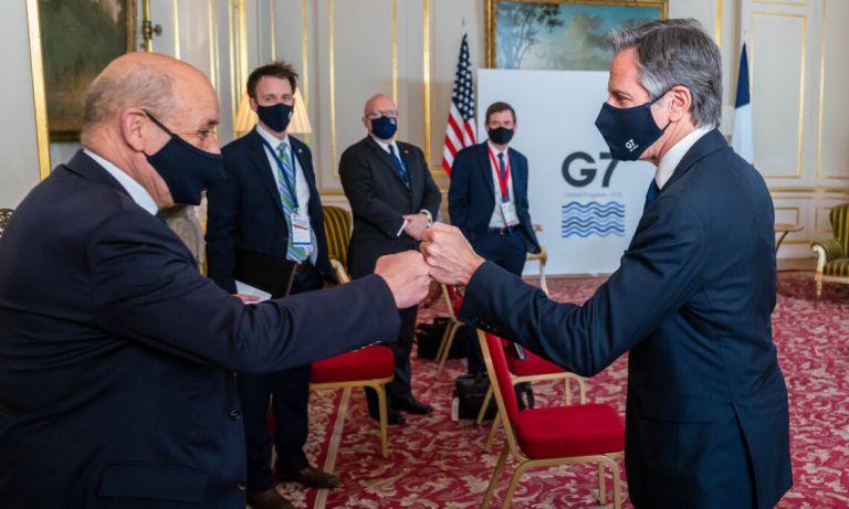 Οι ΥΠΕΞ Γαλλίας και ΗΠΑ αντάλλαξαν χειραψία, αλλά δεν συνομίλησαν κατ' ιδίαν   tanea.gr
