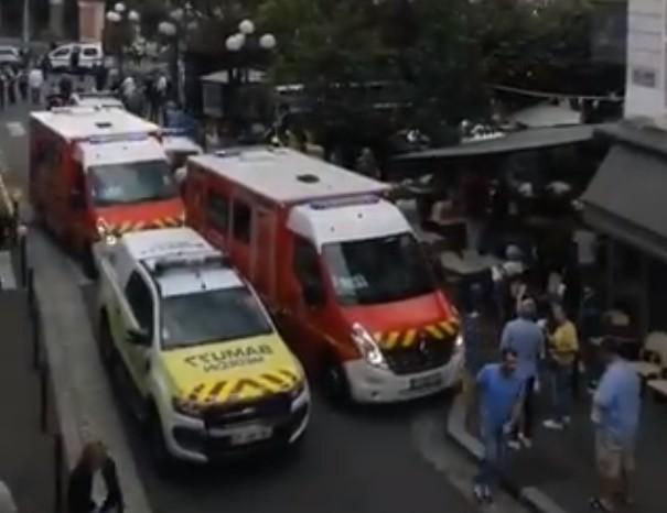 Συναγερμός στη Γαλλία – Αυτοκίνητο έπεσε σε θαμώνες καφετέριας | tanea.gr