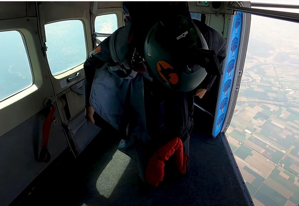 Αλεξιπτωτιστής προσπαθεί να ξεμπερδέψει το αλεξίπτωτο κατά τη διάρκεια ελεύθερης πτώσης