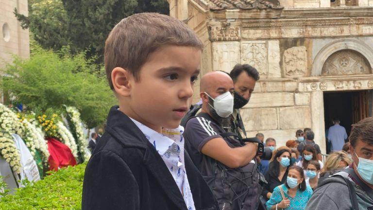 Μίκης Θεοδωράκης – Το «αντίο» του μικρού Αναστάση με το «Σώπα όπου να' ναι θα σημάνουν οι καμπάνες» | tanea.gr