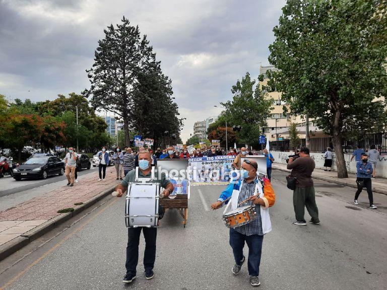 Θεσσαλονίκη – Κρεβάτια, μαύρα μπαλόνια και τύμπανα στη συγκέντρωση της ΠΟΕΔΗΝ για τις αναστολές   tanea.gr