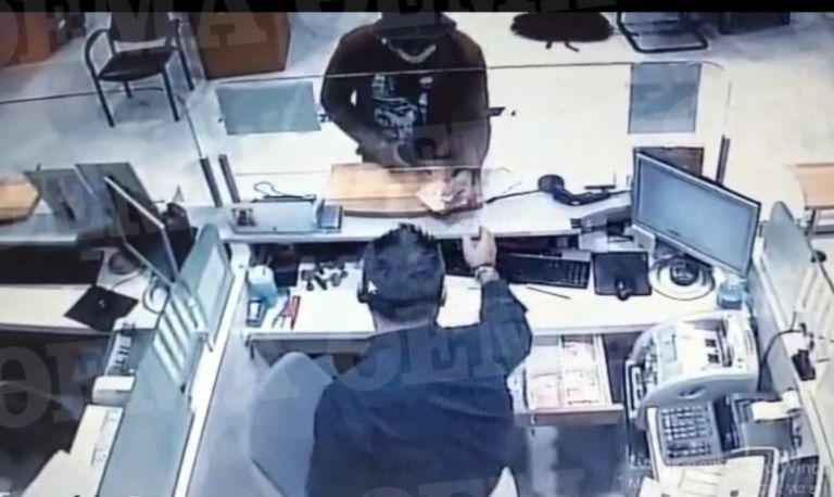 Ένοπλη ληστεία στο κέντρο της Αθήνας – Ποιος είναι ο ληστής με το τατουάζ που αναζητούν οι Αρχές | tanea.gr