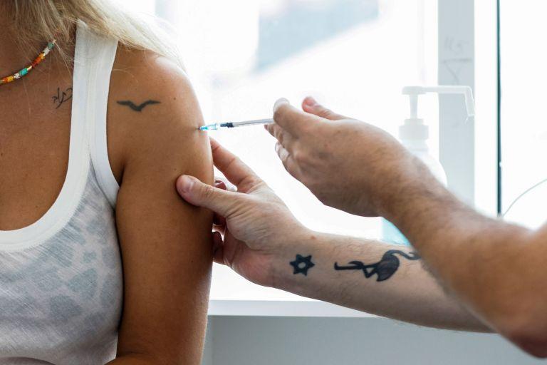 Κοροναϊός – Αν όλοι έκαναν το εμβόλιο, θα είχαμε 1 έως 5 θανάτους – Το υγειονομικό «φάουλ» των νέων μέτρων | tanea.gr