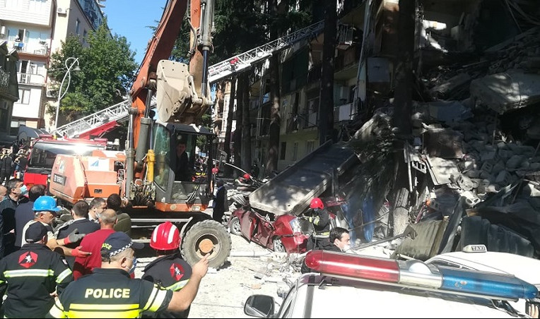 Γεωργία – Σωστικά συνεργεία απεγκλωβίζουν παιδάκι από τα συντρίμμια του κτιρίου που κατέρρευσε | tanea.gr