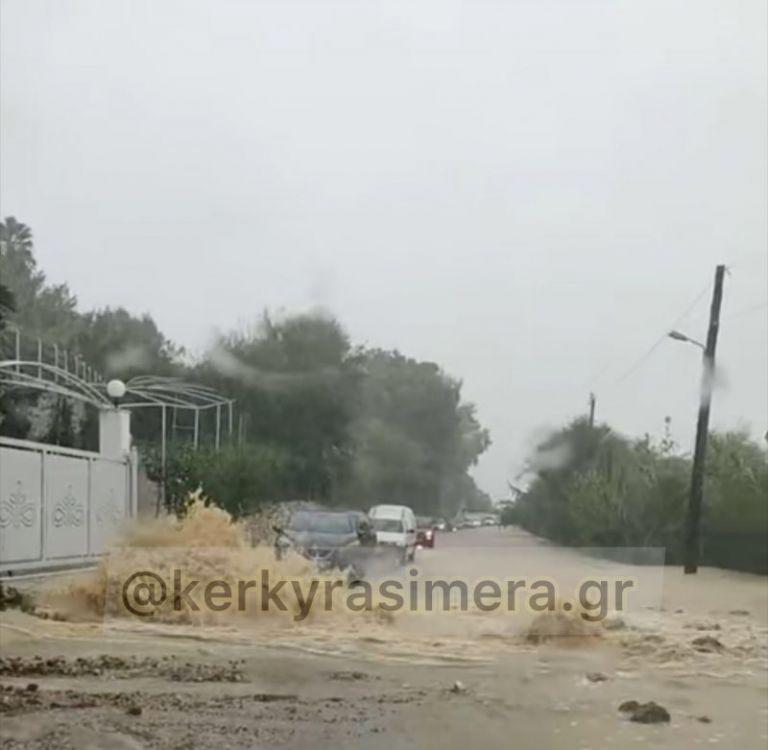 Κέρκυρα – «Κόπηκε» στα δύο το νησί από τις σφοδρές βροχοπτώσεις | tanea.gr